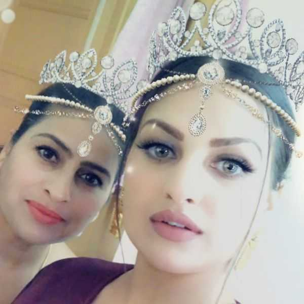 This image has an empty alt attribute; its file name is Himanshi-Khurana-with-her-mother.jpg
