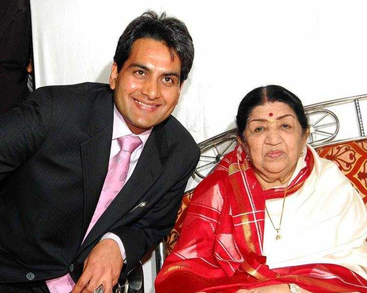 This image has an empty alt attribute; its file name is Sudhir-Chaudhary-with-Lata-Mangeshkar.jpg